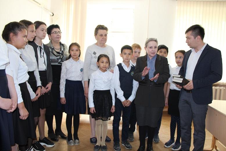 Узкомгосрезерв подарил произведения русской классической литературы учащимся школы №51