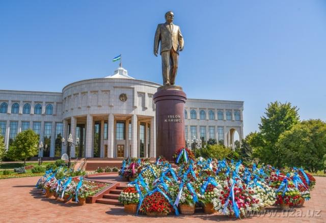 Коллектив Узкомгосрезерва возложил цветы к памятнику Первому Президенту